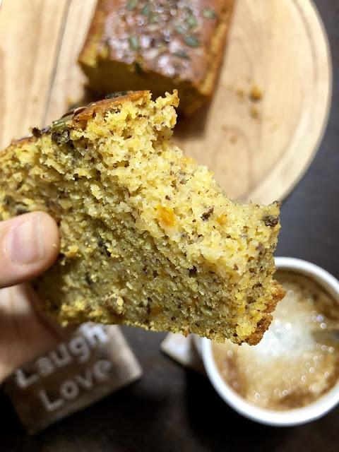 Trozo de pan dulce de calabaza vegano y sin gluten