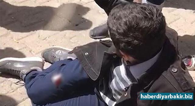 DİYARBAKIR-Diyarbakır'da yolda yürüyen şahsa yönelik silahlı saldırı düzenlendi. Saldırıda yaralanan genç hastaneye kaldırıldı.
