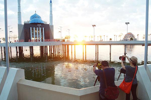 Hunting Foto di Mesjid Terapung Amirul Mukminin pantai losari Kota Makassar keren cantik sunset liburan refreshing keluarga fotografer landscape
