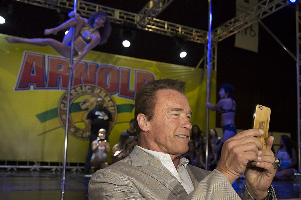 Arnold registra o pole dance. Foto: Divulgação