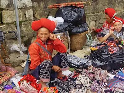 山岳民族が営んでいる市場でおみやげを購入