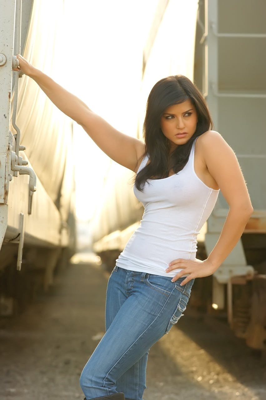 Sunny Leone Wallpapers In T-Shirt  Jeans-7544