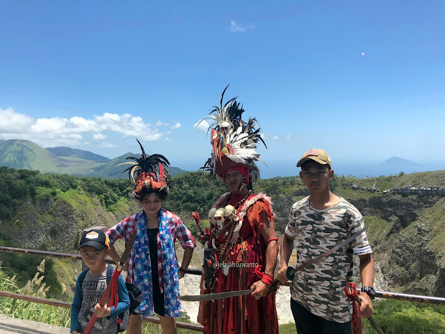 Berpose dengan kostum Tari Kabasaran di Puncak Mahawu    jelajahsuwanto