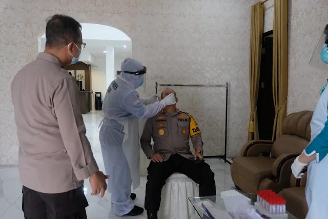 Kapolda Beserta Pejabat Polda Jambi Jalani Swab PCR