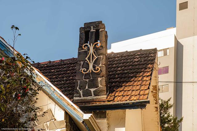 Casa na Rua da Glória - detalhe do chaminé com ornamento de ferro