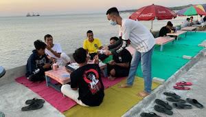 Gerakan Pemuda Kali Baru Bagi-Bagi Masker Di Pantai Jempol