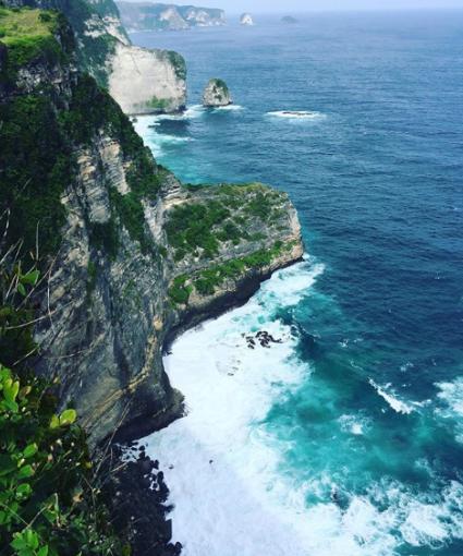 Pantai Banah Bali, Pantai Yang Mempesona dengan Ikonik Tebing Karang yang Mempesona