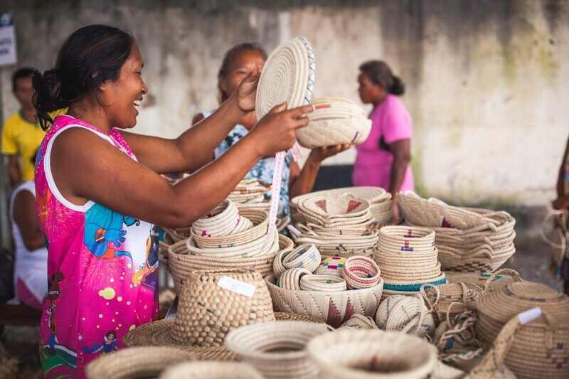 Com o objetivo de apoiar as populações indígenas refugiadas e migrantes venezuelanas no Brasil,   o laboratório de inovação do Banco Interamericano de Desenvolvimento, BID Lab, a Agência da ONU para Refugiados (ACNUR) e a ONG A CASA Museu do Artefato Brasileiro fecharam parceria para desenvolver projeto de cooperação técnica que beneficiará aproximadamente 680 indígenas do grupo étnico Warao em três cidades dos Estados de Roraima  e Amazonas: Pacaraima, Boa Vista e Manaus.