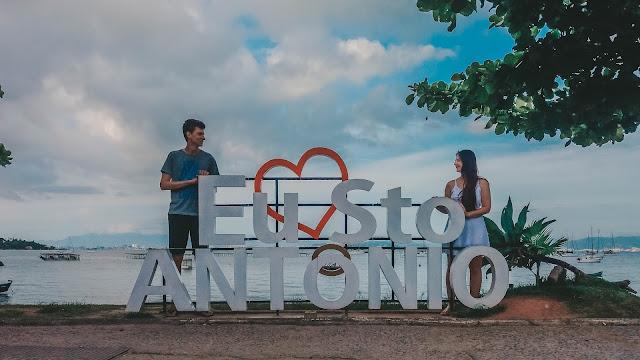 Casal junto ao letreiro de Santo Antônio de Lisboa