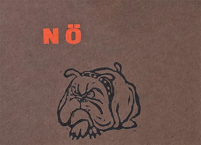 Linolschnitt einer liegenden, mürrisch dreinblickenden Englischen Bulldogge, darüber das Wort 'NÖ'