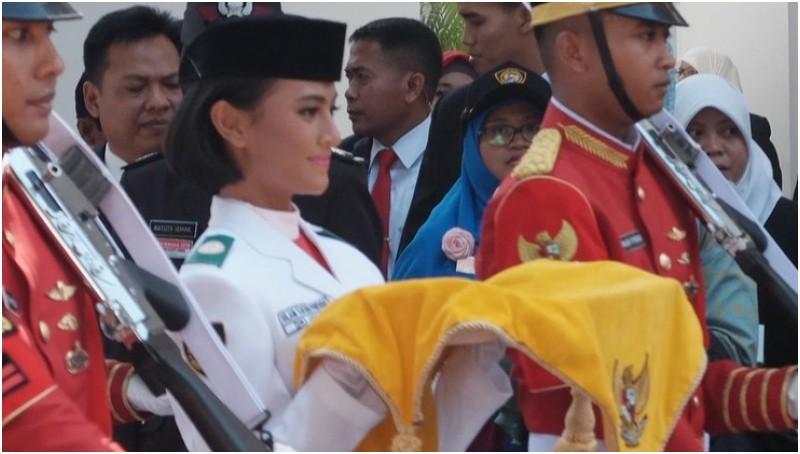 Nilam Sukma Pawening membawa baki bendera Merah Putih