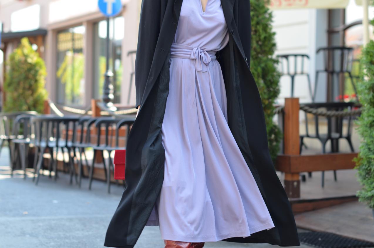 czerwone kozaki Zara; lawendowa sukienka, płaszcz maxi; czerwona torebka Zara