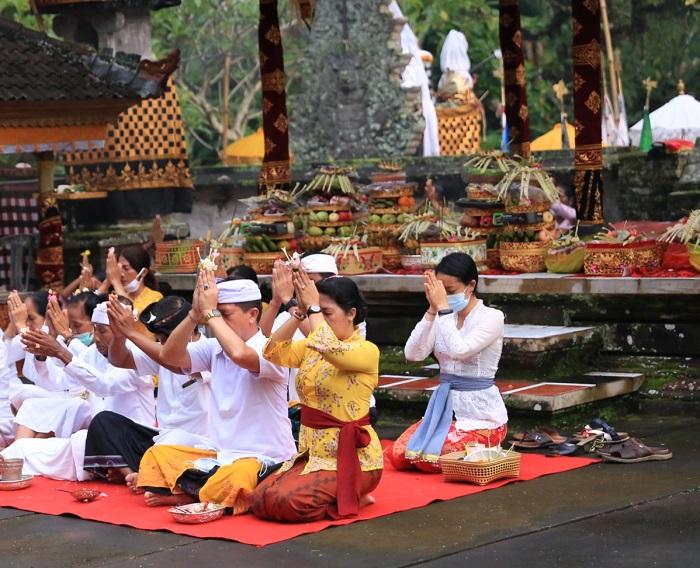 Terapkan Prokes, Bupati Suwirta Bersembahyang di Pura Sad Kahyangan Klungkung