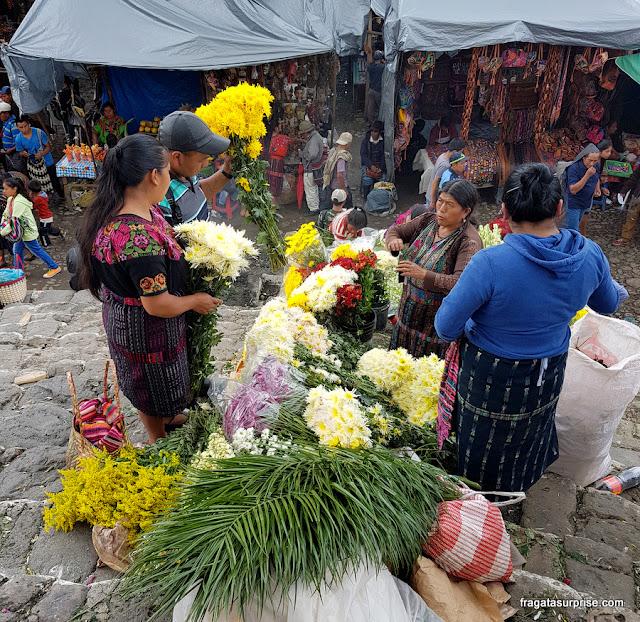 Flores e incenso para os rituais maias celebrados em Chichicastenango, Guatemala