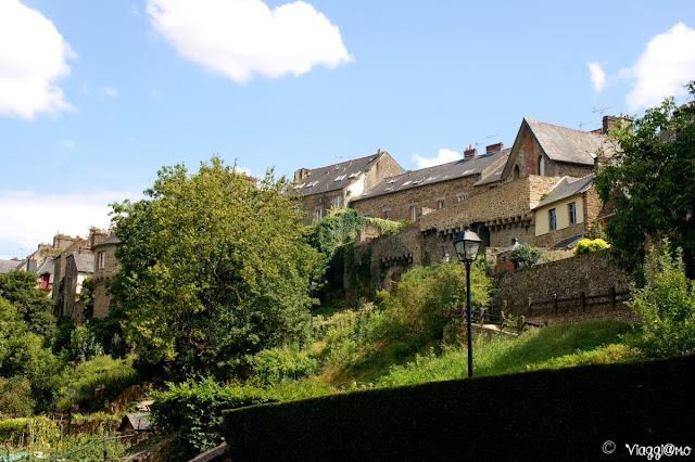 Vista della città alta di Fougeres dai Giardini du Val Nancon