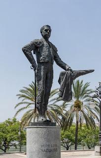 Monumento de Sevilla a Pepe Luis Vázquez frente a la Plaza de Toros de la Real Maestranza. Estatua en bronce de Alberto Germán Franco inaugurada el 20 de Abril de 2003, Paseo de Cristóbal Colón, Sevilla, España