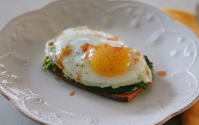 Avocado, Egg and Spinach Sweet Potato Toasts #breakfast #healthy