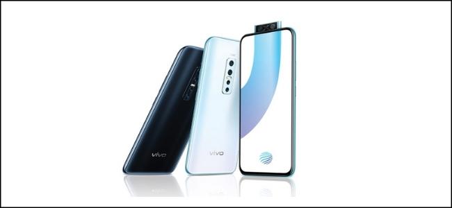 ثلاثة هواتف Vivo ، أحدها به ماسح ضوئي لبصمات الأصابع بكاميرا منبثقة على شاشته.