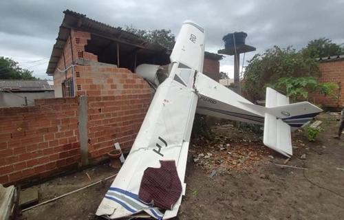 Avião de pequeno porte cai sobre casa em Piraquara, diz PM