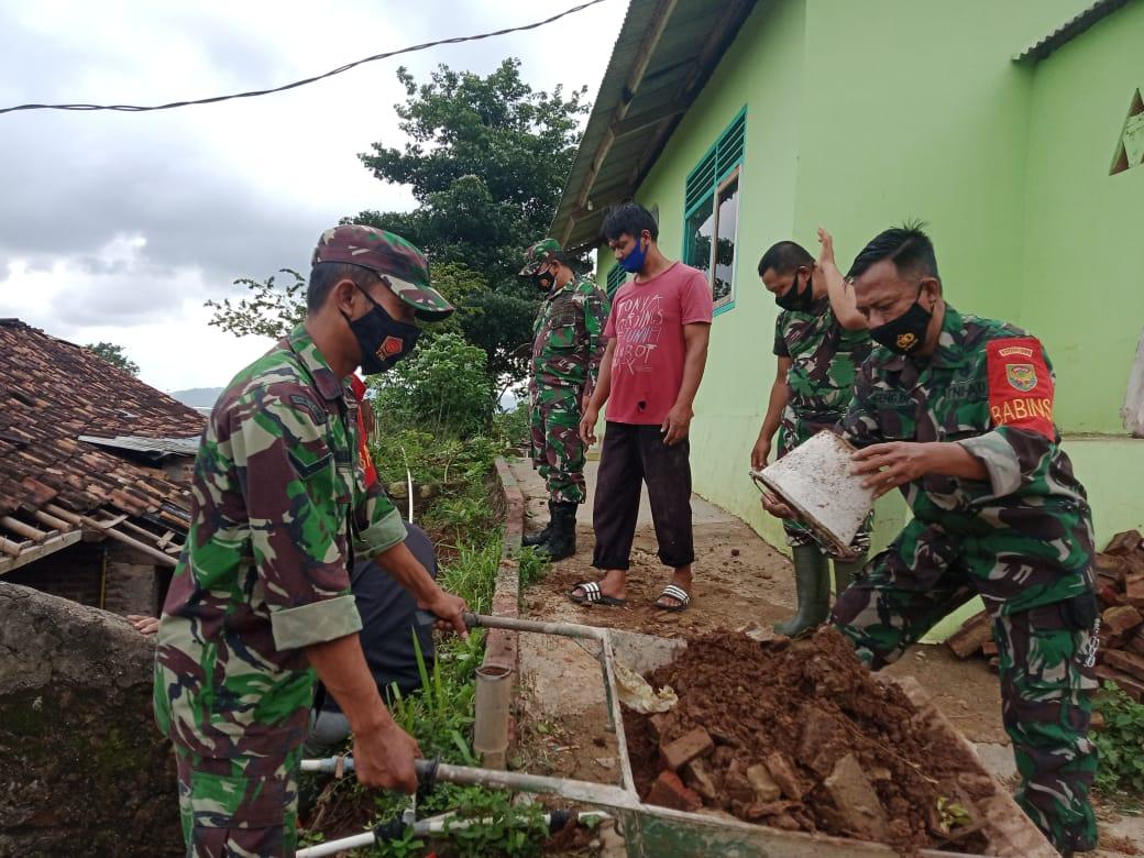 Sejumlah personel Kodim 0410/KBL melaksanakan latihan dasar Double Stick yang dipimpin oleh Serda Ginanjar bertempat di Makodim 0410/KBL
