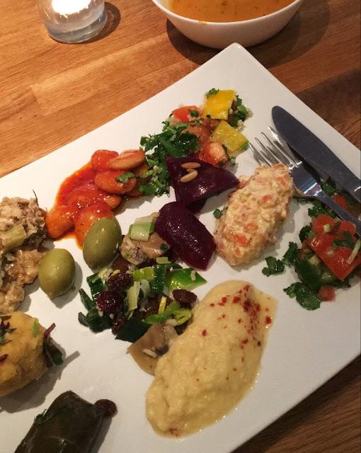 Vegansk lyx tallerken på Deli en Haga i Gøteborg
