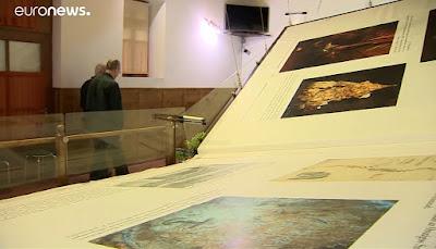 هذا هو أكبر كتاب في العالم مصنوع من جلود 13 بقرة وزنه 1420 كيلوغرام شاهد بالفيديو