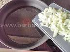 preparare reteta orez cu ciuperci la cuptor - calim ceapa in tigaie