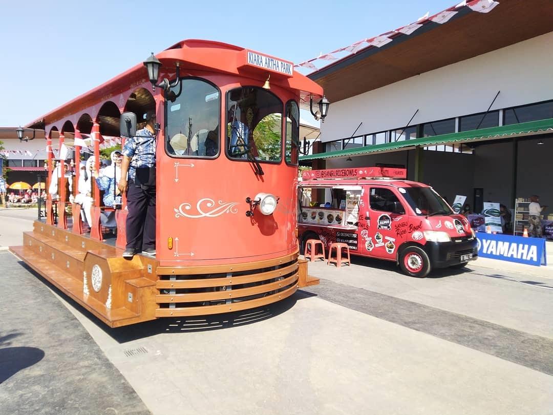 Menaiki Trem di Kiara Artha Park