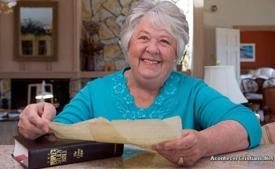 Anciana encuentra carta en una Biblia