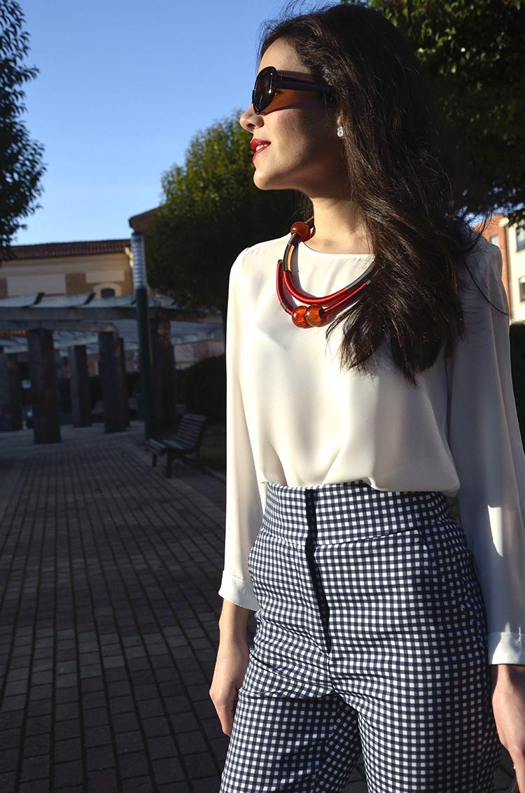 look_blogger_trends_gallery_fasion_pantalon_cuadros_tiro_alto_stilettos-rojos