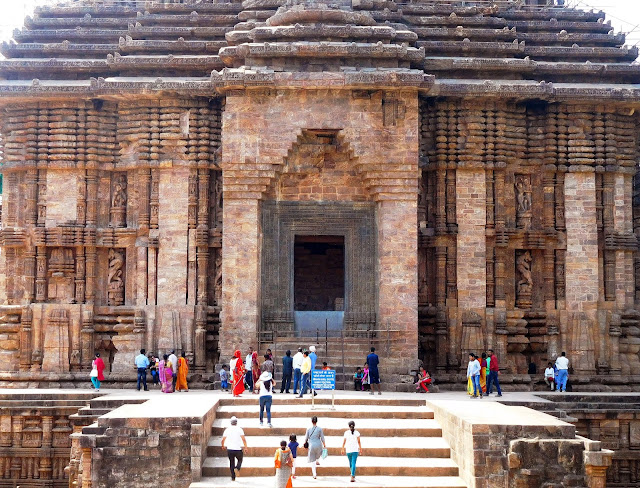 The entrance to the jagamohana or assembly hall (mandapa), with a stepped corbel arch, at the Konark Sun Temple, Orissa