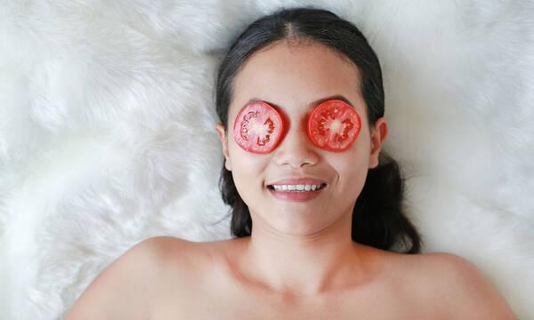 Σπιτική μάσκα προσώπου με ντομάτα για λάμψη και λεύκανση