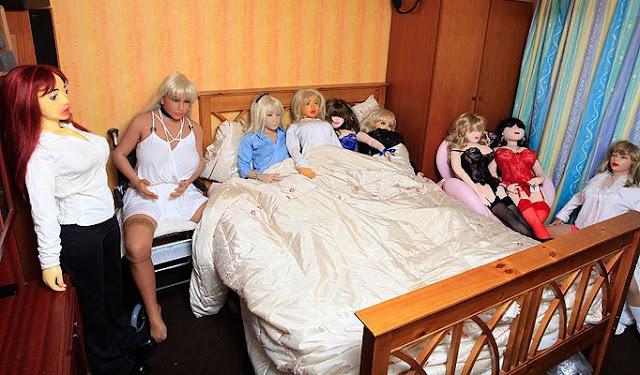 pria dengan koleksi boneka seks atau love doll terbanyak di dunia
