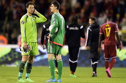 Begovic (trái) sẽ tiếp tục được trao cơ hội