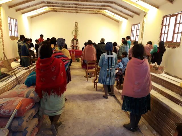Ich gehe immer sehr gerne ins Bergdorf Kollpani. Wir haben hier eine sehr gute Beteiligung bei den Gottesdiensten. Die Jugend darf eine Szene zum Evangelium zeichnen. Die Kapelle ist noch nicht ganz fertig, aber das geht auch so.