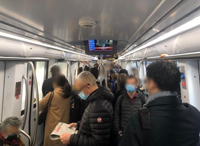 Mezzi al 50% della capienza, ma nelle ore di punta i vagoni della metro restano strapieni