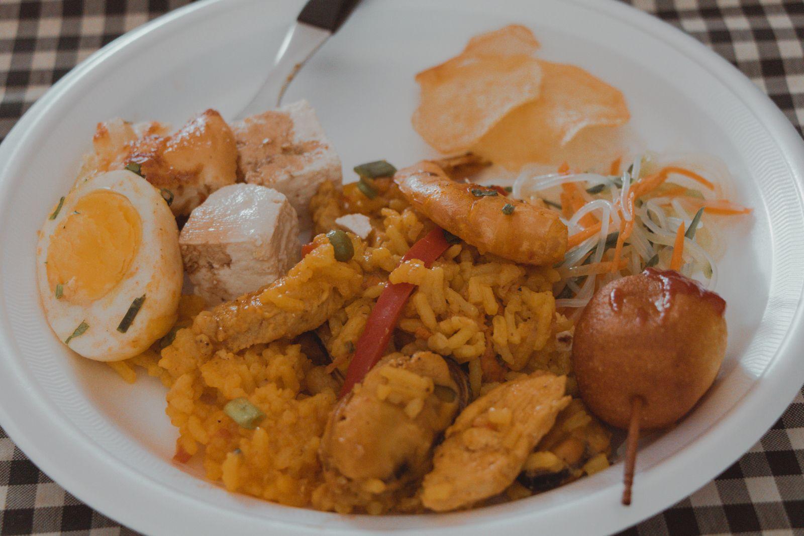 Aniversário com Paella e Corn Dogs prato cheio