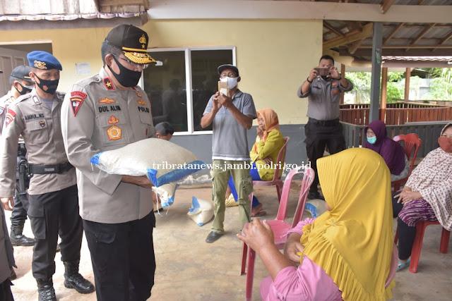 Peduli Korban Wabah Covid-19 Wakapolda Bagikan Sembako di Desa Petaling Jaya