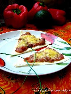 (Tostadas z pomidorami i fasolą
