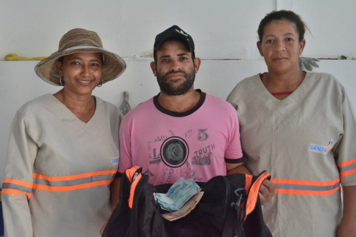 Garis acham bolsa com mais de R$ 1 mil na BA e devolvem ao dono: 'Quando falou que dinheiro era da mãe, me emocionei'