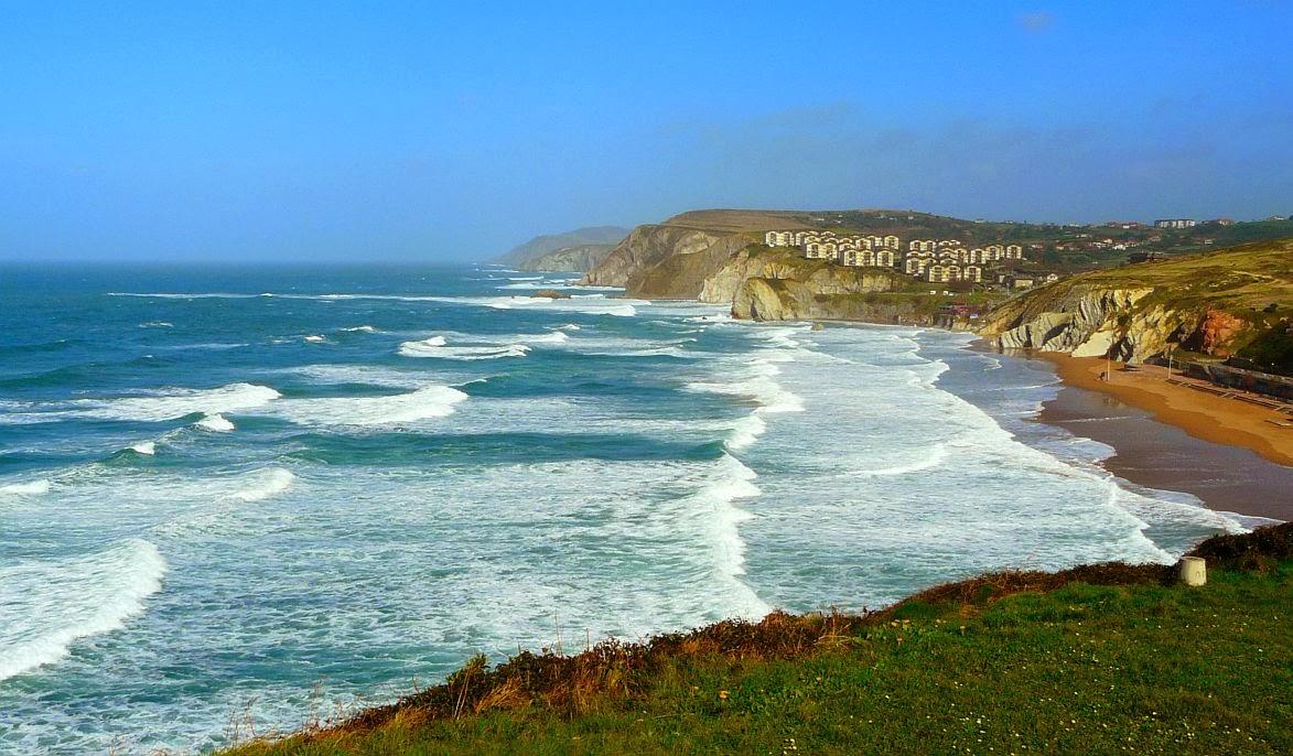 olas sobre la playa de sopelana