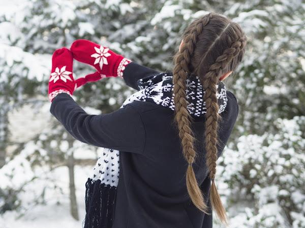 288. Stylizacja: płaszcz, szalik w renifery, czerwone rękawiczki