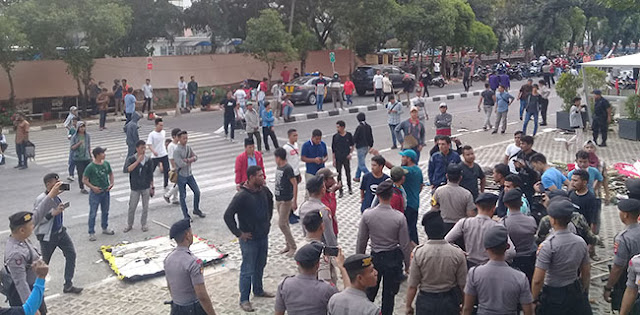 Massa Pro-Revisi UU KPK Lempari Gedung Merah Putih, Pegawai KPK Berhamburan Keluar