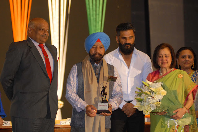 Actor Suniel Shetty honors Paramvir Chakra Awardee Captain Bana Singh