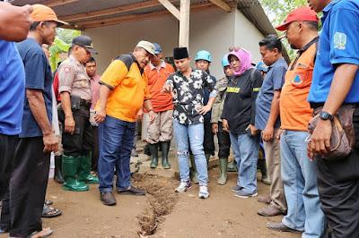 Tinjau Tanah Gerak di Desa Melis, Bupati Nur Arifin Minta Segera Ada Langkah Antisipasi