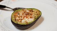 Ψήσε ένα αυγό μέσα σε avocado