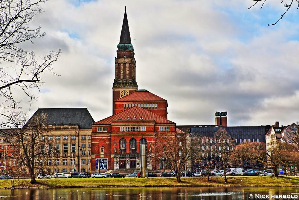 Kiel - Blick auf den Rathausturm und das Theater
