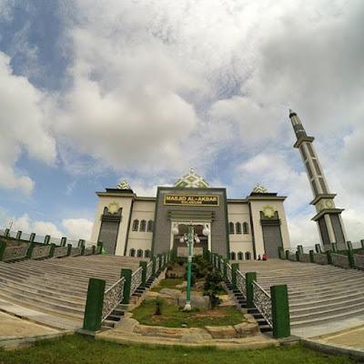http://www.wisatakalimantan.com/2016/07/wisata-religi-ke-masjid-al-akbar-dan-taman-hijau-balangan.html