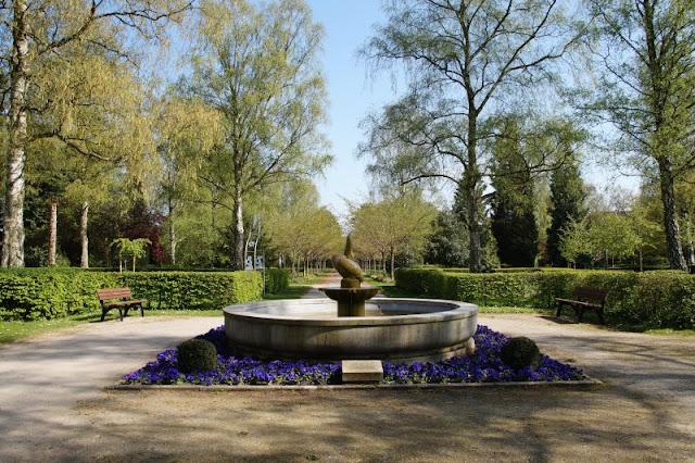 Wo man sein Sternenkind begraben kann: Der Urnenfriedhof Kiel. Der Kieler Friedhof gleicht einem Park.