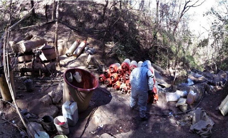 Elementos de la SEDENA aseguran laboratorio clandestino para la elaboración de drogas sintéticas en Tamazula, Durango